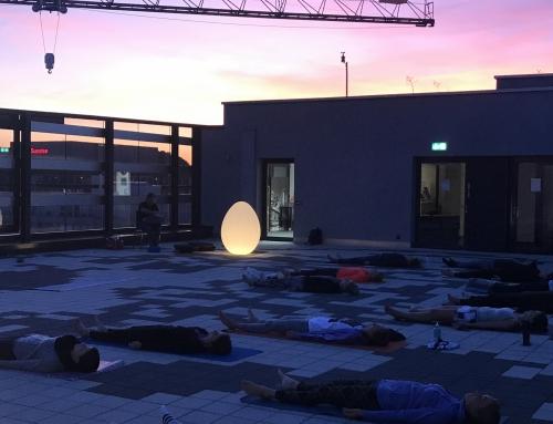 Yoga über den Dächern von Zürich